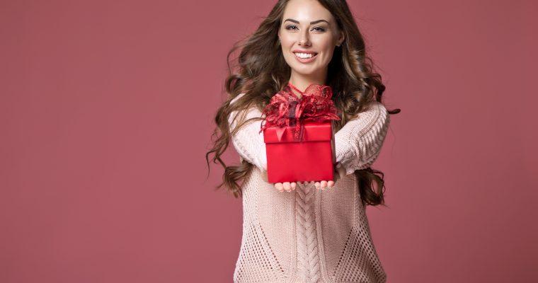 ブレゼントを渡す女性