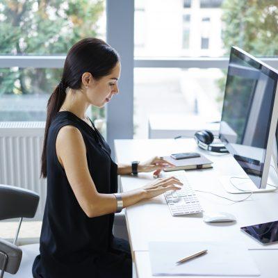 パソコンにスタイリッシュに向き合う女性